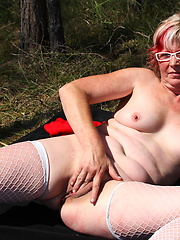 Outdoor solo session of horny mature woman